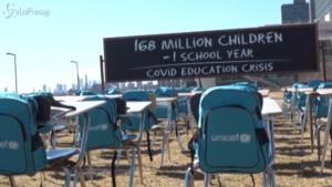 Banchi vuoti nell'installazione dell'Unicef