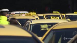 Taxi in protesta per le misure restrittive anti-covid