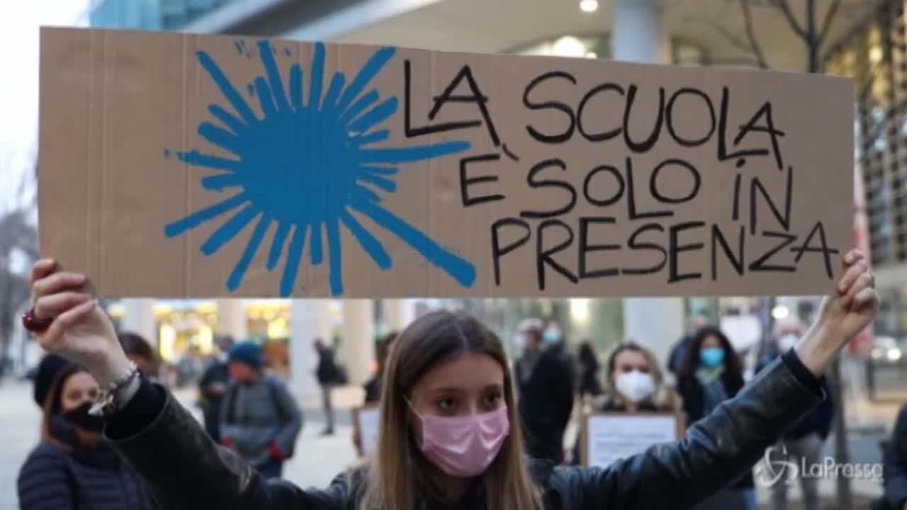 Genitori, prof e studenti protestano davanti a Regione Lombardia