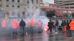 Genova, continua il blocco del porto