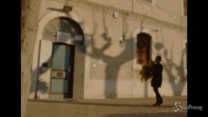 Antonio Maggio canta davanti al carcere femminile per una Giornata della donna
