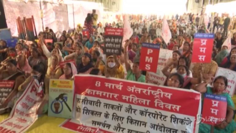 India scedono in piazza migliaia di contadine