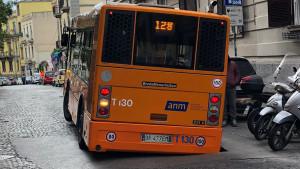 Bus sprofonda in una voragine a Napoli