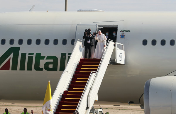 Papa a bordo del volo per tornare in Italia da Baghdad