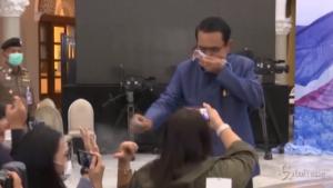 Primo ministro spruzza disinfettante sui reporter