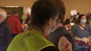 Seattle i volontari aiutano a vaccinare