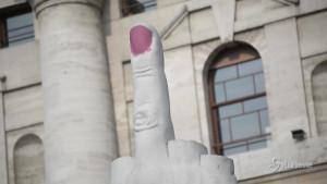 Unghia del dito medio di Cattelan a Milano si tinge di rosa