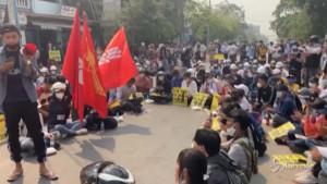 Studenti in piazza contro il golpe