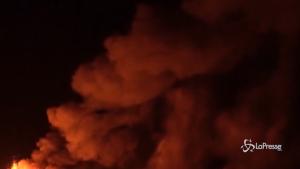 Fontane di lava nella notte