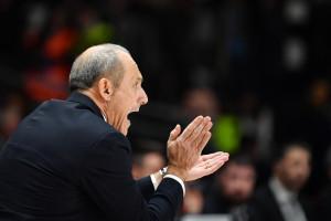 Ettore Messina (Olimpia Milano) da indicazioni ai suoi giocatori