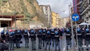 Campania in lockdown, ambulanti contro il governatore De Luca