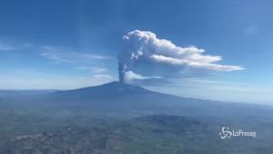 Etna: colonna di fumo alta 4 km