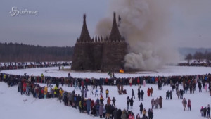 Brucia un castello simbolo del Covid