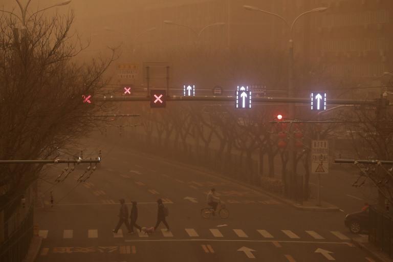Cina: Pechino smog e tempesta di sabbia