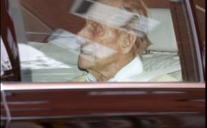 Il principe Filippo lascia l'ospedale di Londra