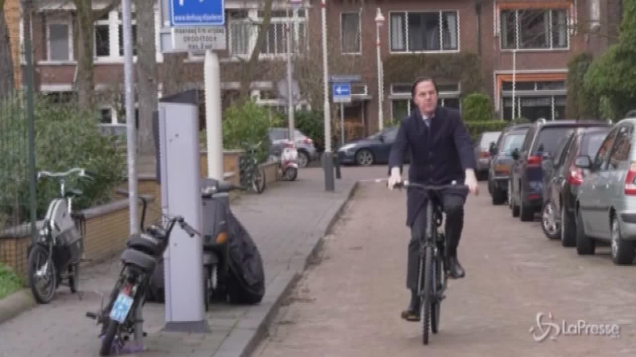 Mark Rutte arriva al seggio in bicicletta