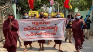 protesta per le strade di Mandalay