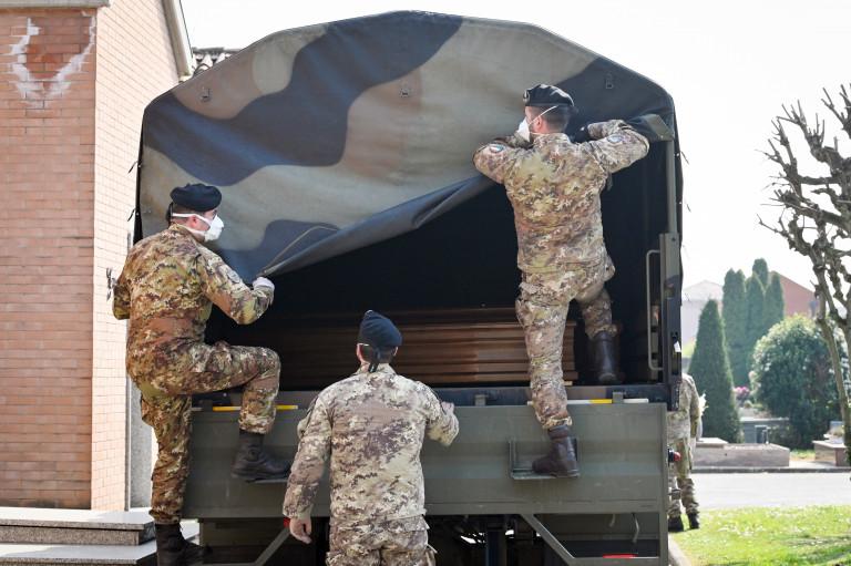 le salme vengono scaricate dal camion per la cremazione