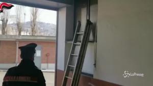 Tentano di svaligiare un'abitazione entrando dalla finestra