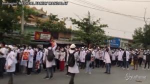 Proteste anti-golpe all'alba per evitare la polizia