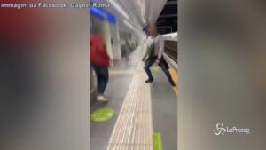 Coppia gay aggredita in metro per un bacio
