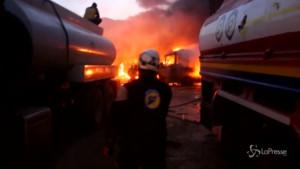 maxi-incendio di camion dopo gli attacchi aerei