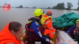 salvataggi dei vigili del fuoco con gommoni dopo le inondazioni