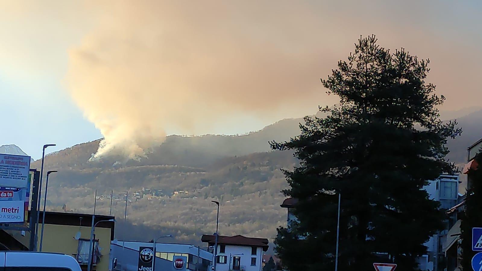 A fuoco il bosco di Cossogno