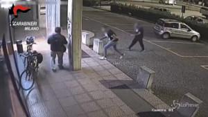 Rapinato e picchiato a Milano