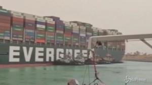 Nave da carico bloccata nel Canale di Suez