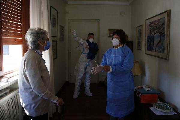 Francesco Conte 96 sposato con Maria Raffaella Mottora 86 viene vaccinato nella sua casa