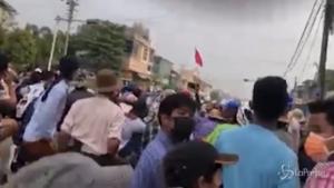 forze di sicurezza sparano contro i dimostranti a Daik