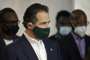 New York, il governatore Cuomo si sottopone alla vaccinazione