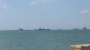 navi ancorate al largo del canale