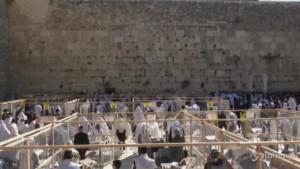 fedeli in preghiera al Muro del Pianto per Pasqua