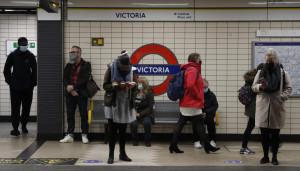 Londra, la metro continua a funzionare nonostante le restrizioni Covid