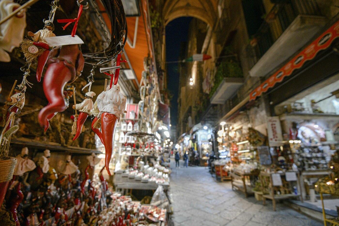 Coronavirus a Napoli, strade e piazze deserte dopo la chiusura per il nuovo DPCM