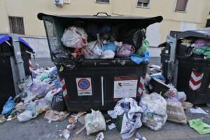 Emergenza rifiuti a Roma. immondizia e cassonetti pieni nel XII Municipio