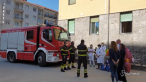 Vigili del fuoco distribuiscono uova di cioccolato ai bimbi ricoverati in ospedale