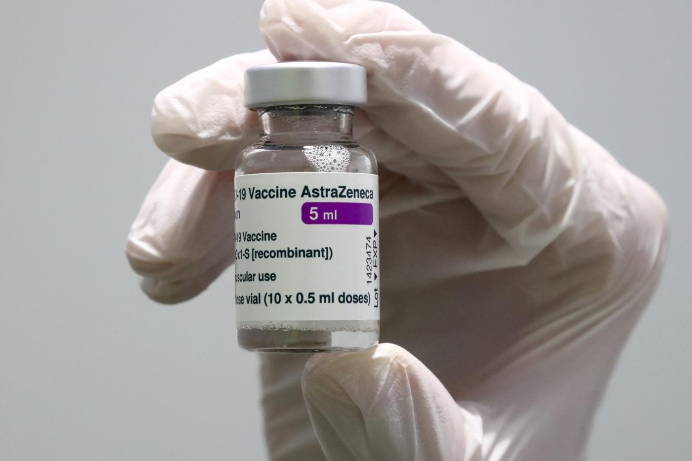 Vaccino AstraZeneca sospeso