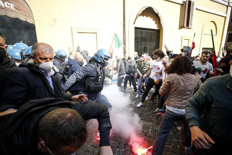 Maninfestazione dei ristoratori e partite iva. Nella foto : momenti di tensione
