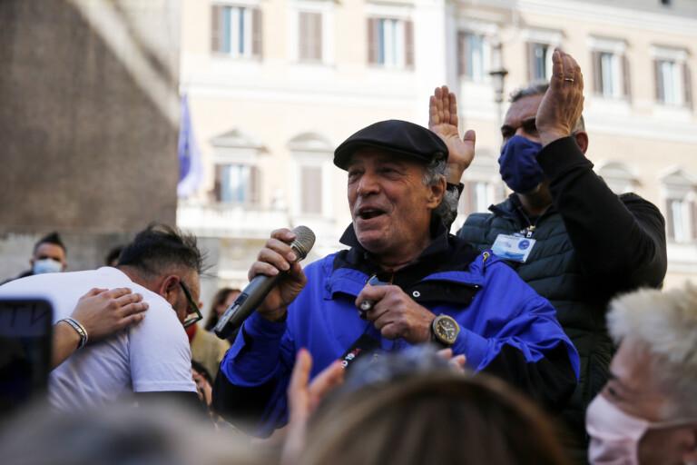 Nella foto: Enrico Montesano