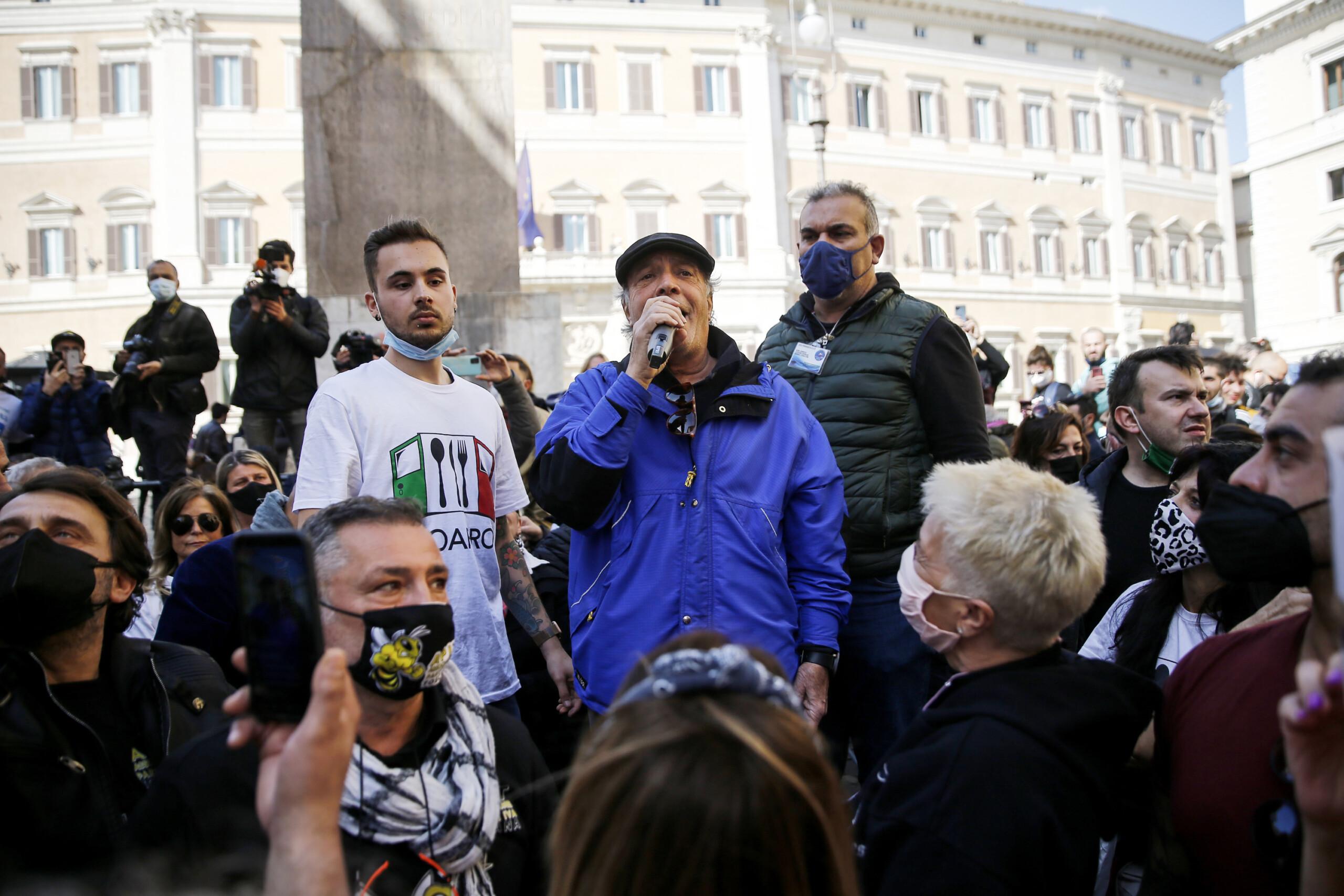 Covid, tensioni alla protesta dei ristoratori e partite iva
