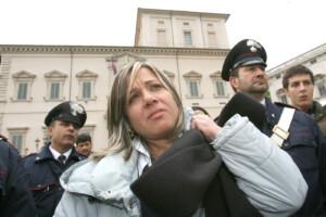 La Signora Piera Maggio, madre di Denise Pipitone, si e' simbolicamente incatenata davanti al Quirinale