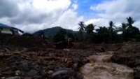 ricerche tra fango e detriti dopo le alluvioni