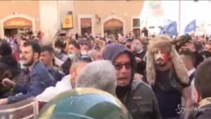 Manifestante vestito come Jack Lo Sciamano