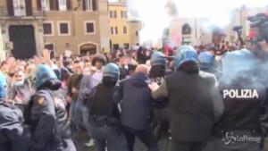Lancio di lacrimogeni contro polizia