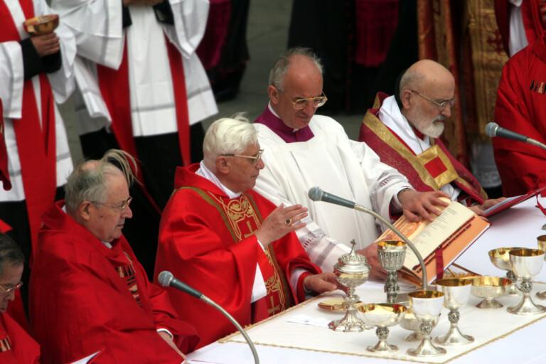 Sua Eminenza Cardinale Joseph Ratzinger celebra la messa funebre