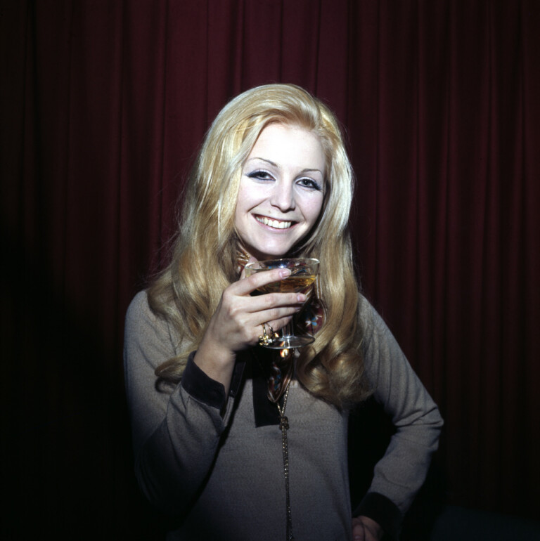 Patty Pravo con una coppa di champagne