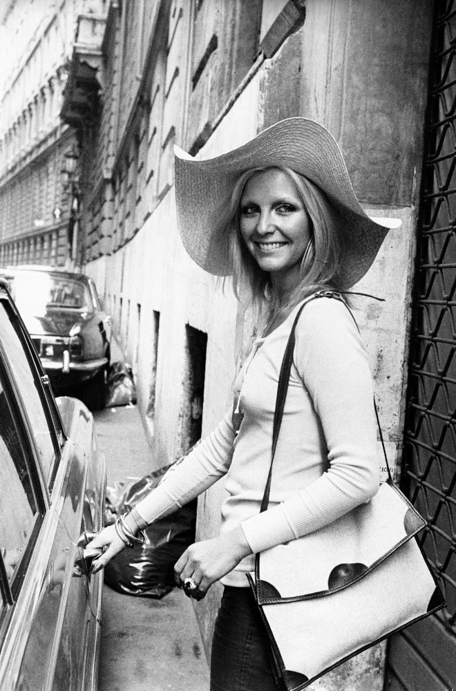 Patty Pravo sale in auto
